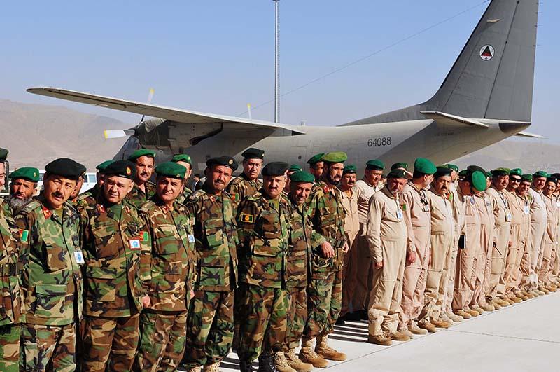 Афганские авиаторы на фоне C-27A N64088