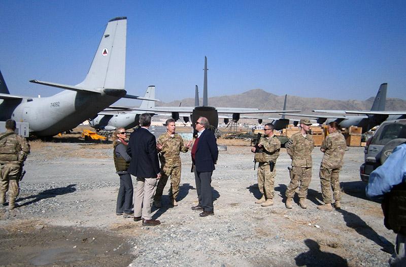 Генеральный инспектор по разворованным в Афганистане средствам осматривает самолеты C-27 Spartan ВВС Афганистана