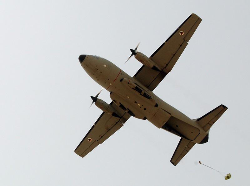 Сброс афганским С-27 груза парашютом