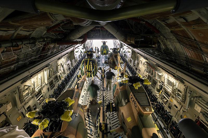 MD530F с номерами 275, 276, 277, 278 и 279 на борту C-17A Globemaster-III
