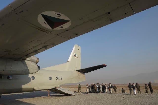 Афганский Ан-32 N342 за работой на грунтовой площадке