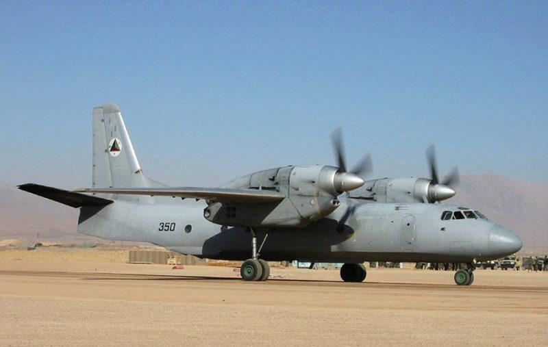 Ан-32 N350 на грунтовом аэродроме