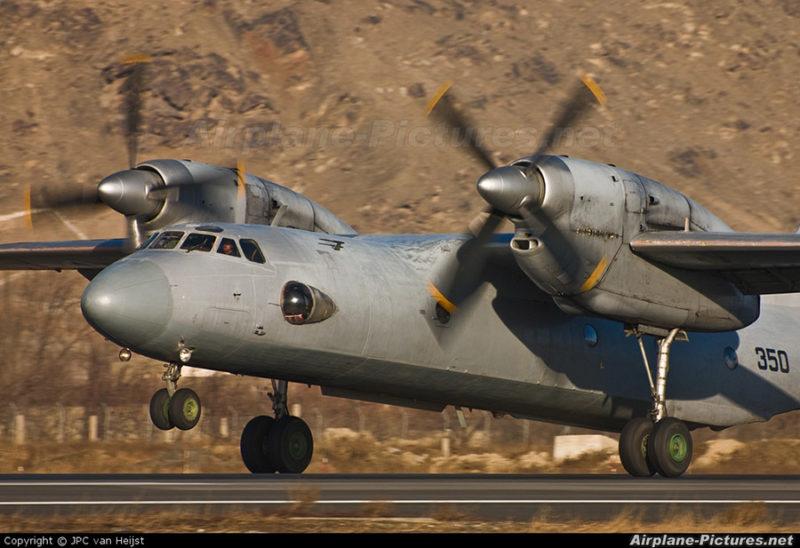 Ан-32 N350 отрывается от полосы на фоне гор