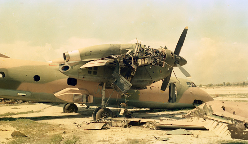 Афганский Ан-32 с отломанной консолью крыла