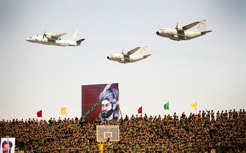 Ан-32 возглавляет пролет пары С-27 на параде 29 апреля 2010 года