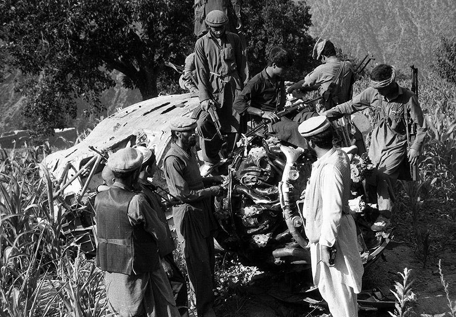 Сбитый Ми-4 лежит на кукурузном поле где-то в горах Афганистана
