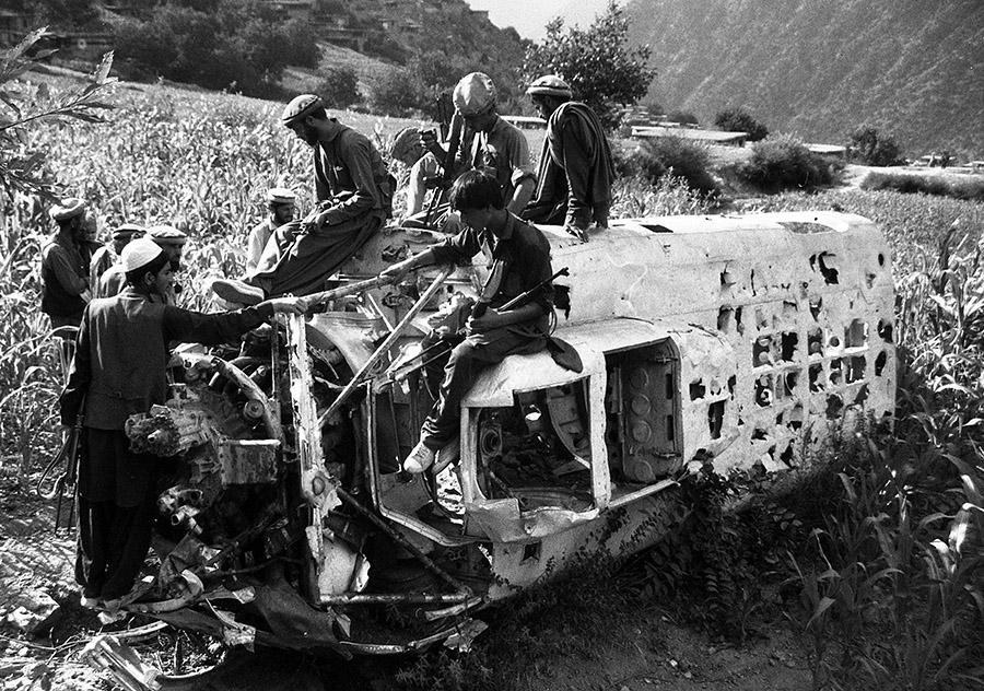 Банда моджахедов обследует обломки афганского вертолета
