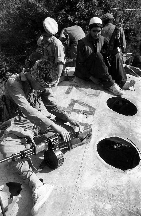 Душманы явно не знают чем себя занять сидя на обломках афганского Ми-4