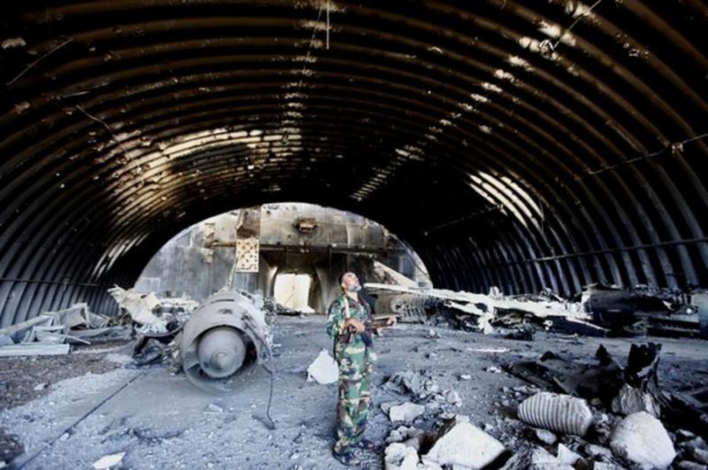 Разбомбленное укрытие на ливийской авиабазе Гардабия в Сирте