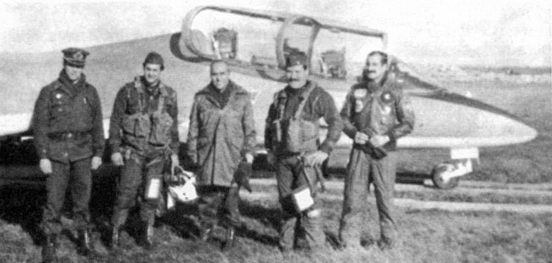Пилоты MB-339A и командование морской авиагруппы на авиабазе Мальвинас