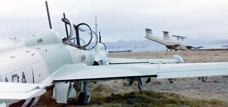 Попавший в руки англичан аргентинский штурмовик MB-339A 4-A-112