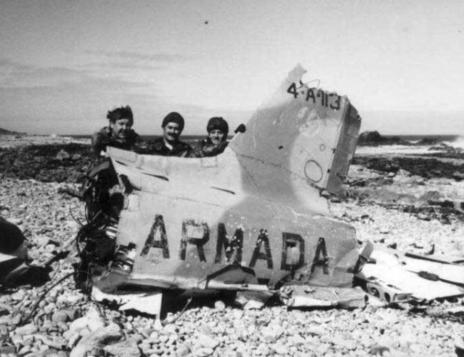 Англичане около обломков Airmacchi MB-339 4-A-113