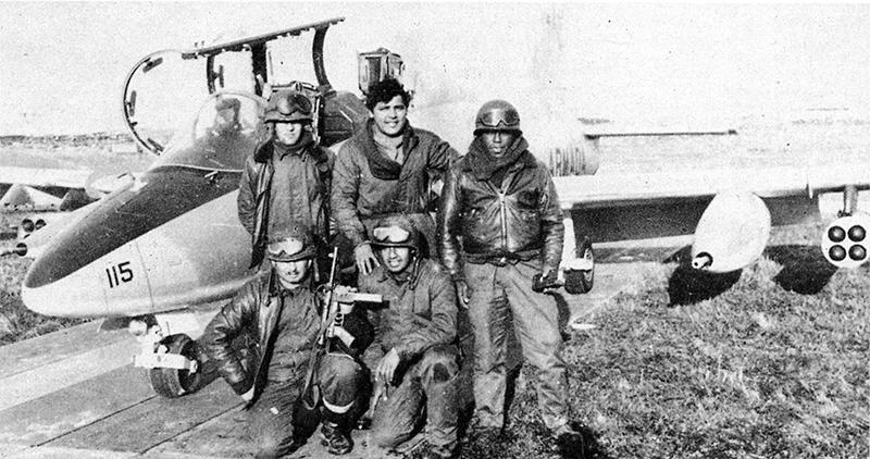 Аргентинские морпехи у Aermacchi MB-339A 4-A-115 лейтенанта Криппы