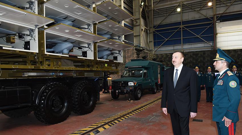 Президент Азербайджана осматривает пусковую установку Harop