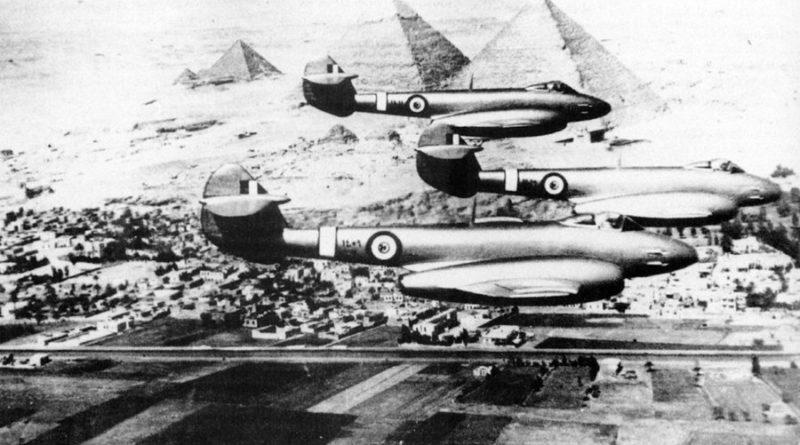 Три Gloster Meteor в полете над пирамидами