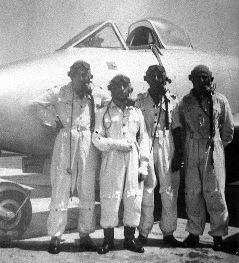 Egyptian pilots near Meteor F-4