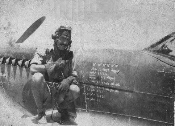 Основной пилот египетского Fury - майор Абу Заид около своего именного Спитфайра