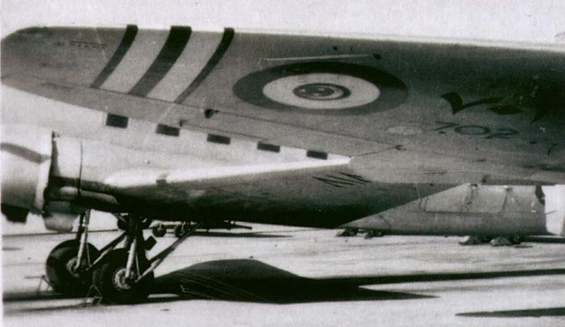 Крыло Fury N702 и С-47 на заднем плане