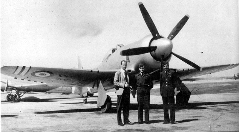 Британский пилот Neville Duke с египетскими офицерами