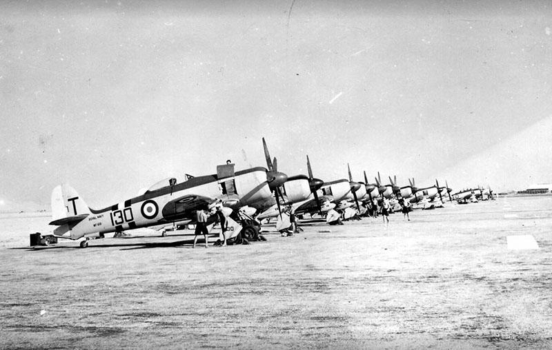 Sea Fury с авианосца Ocean с полосами характерными для войны в Корее на аэродроме в зоне Суэцкого Канала