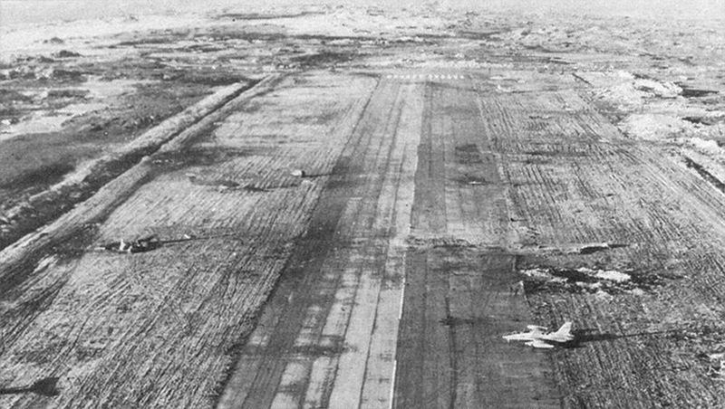 Аргентинский MB-339A на краю полосы около воронки.
