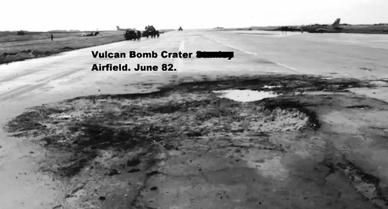 Засыпанная аргентинцами воронка от 500-кг бомбы сброшенной Avro Vulcan
