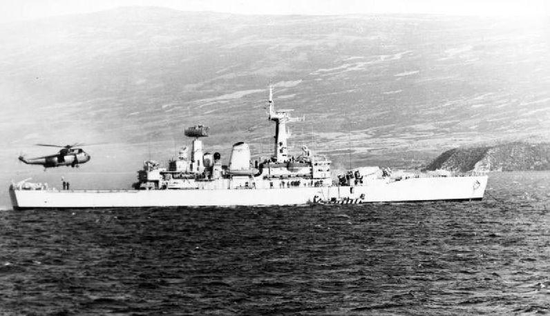 Фрегат HMS Argonaut в водах залива Сан-Карлос