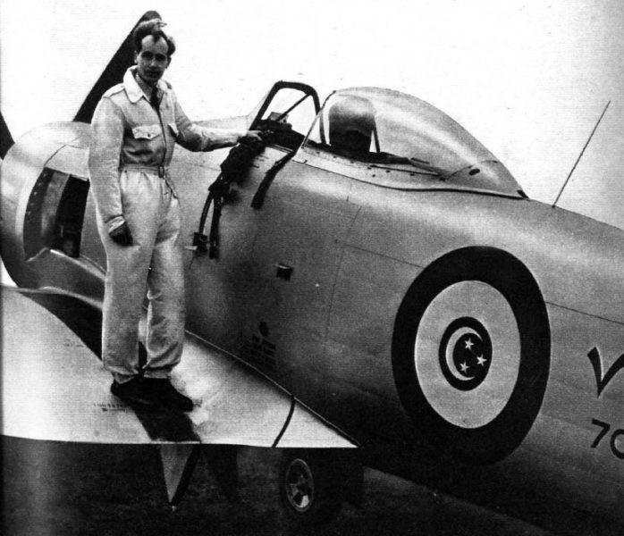 Британский пилот на крыле самолета N703