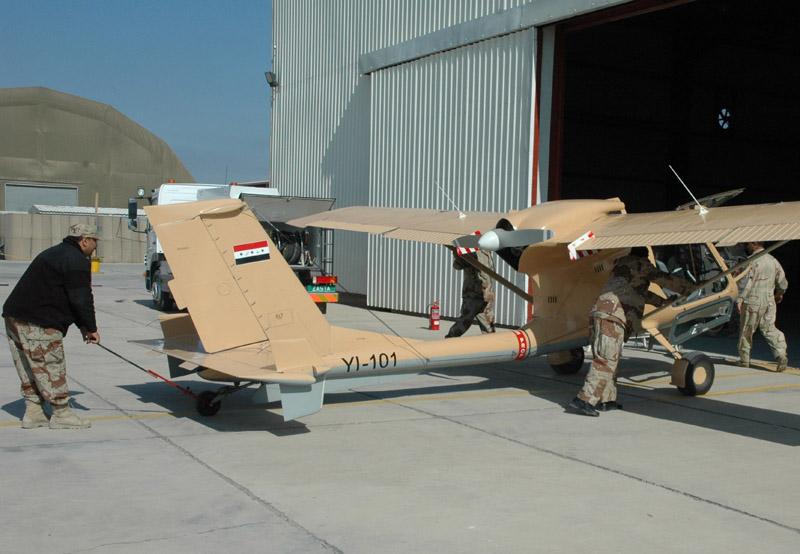 SBL7-360 Seeker YI-101 Военно-Воздушных Сил Ирака перед ангаром в Басре
