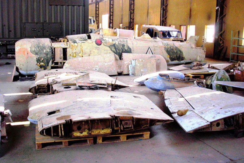 Узел складывания крыла авианосного самолета выдает морское происхождение борта