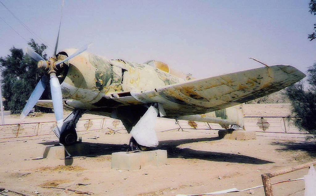 Иракский Хаукер Фьюри на постаменте