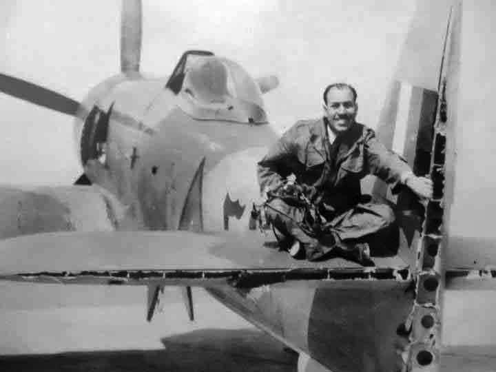 Иракский Хаукер Фьюри с отрубленными винтом другого самолета рулями высоты и направления