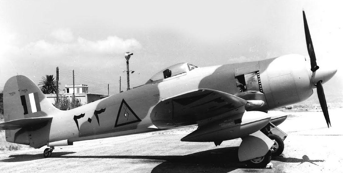 """Самолеты второго заказа получили номера начинающиеся с цифры """"3"""" как этот Хаукер Фьюри N303"""