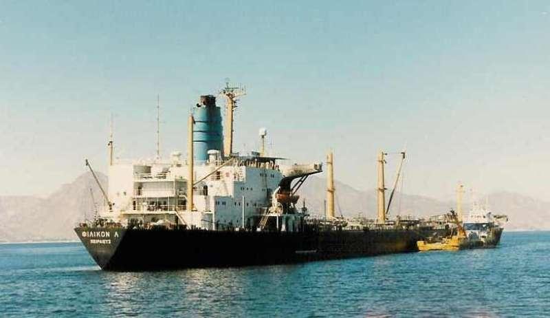 """Греческий танкер """"Filikon L"""" ремонтируется на воде после пожара вызваного  попадание Экзосета запущенного иракскими Супер Фрелонами"""