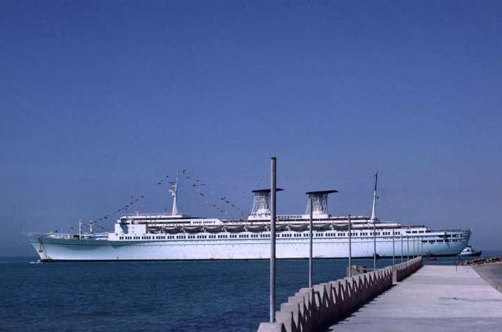 """Превращенный в плавказарму бывший океанский лайнер """"Raffaello"""" сгорел дотла в окрестностях Бушера в результате попадания иракских ракет"""