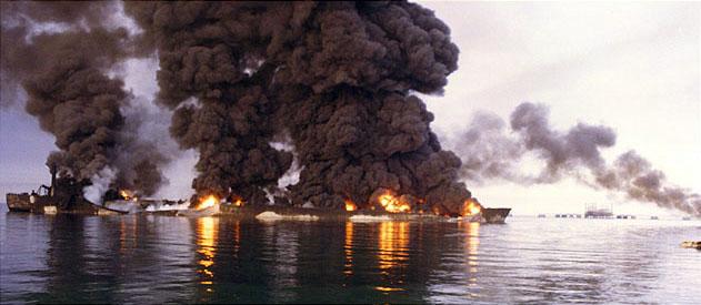 """Северокорейский танкер """"Son bong"""" уничтоженный пожаром от попадания ракеты около острова Харк"""