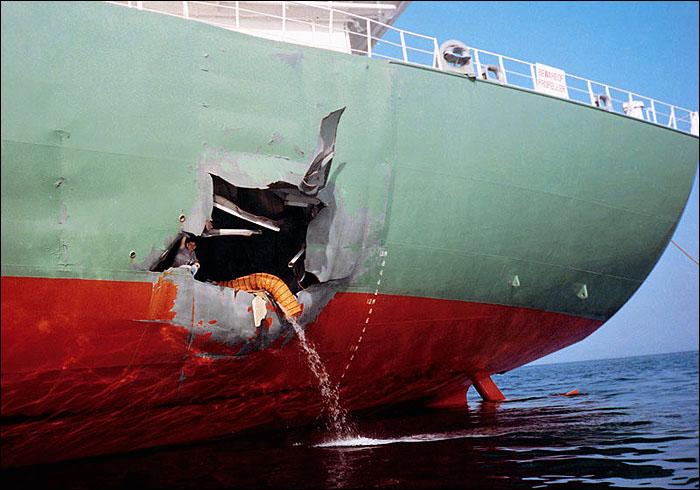 Вырваный борт танкера в месте попадания иракского Экзосета. Судя по всему пожара в данном случае не было.