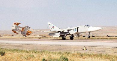 Су-24М с выпущенным тормозным парашютом