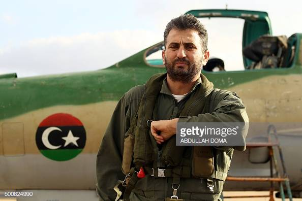Полковник Jamal Ben Amer позирует перед МиГ-21