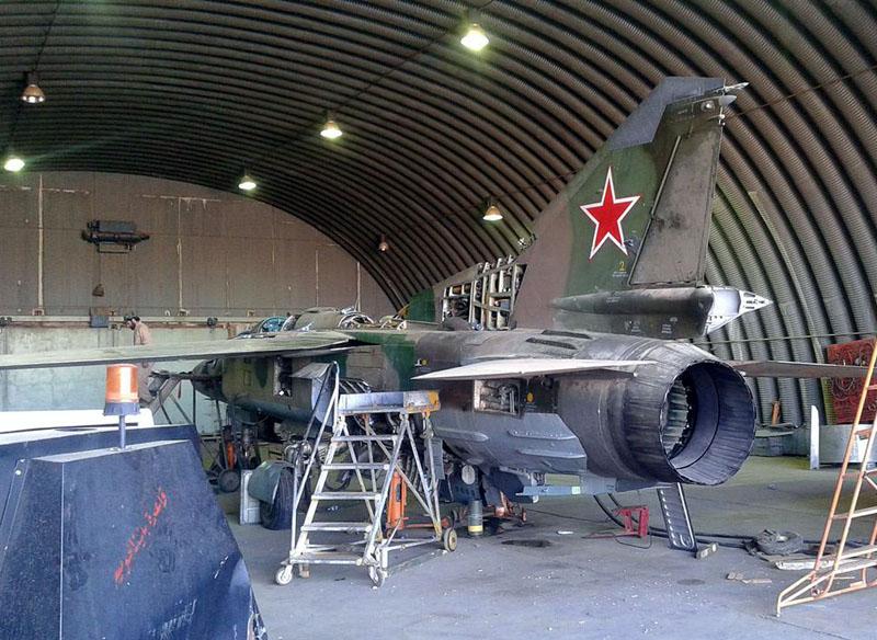 Ливийский МиГ-23УБ N8133 в процессе пересадки хвоста