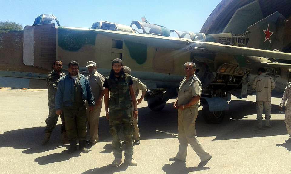 Ливийские техники на фоне краснозвездного МиГа