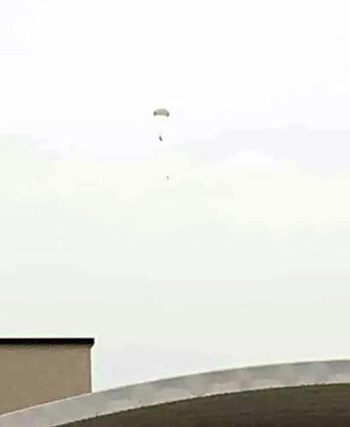 Сбитый пилот под куполом парашюта