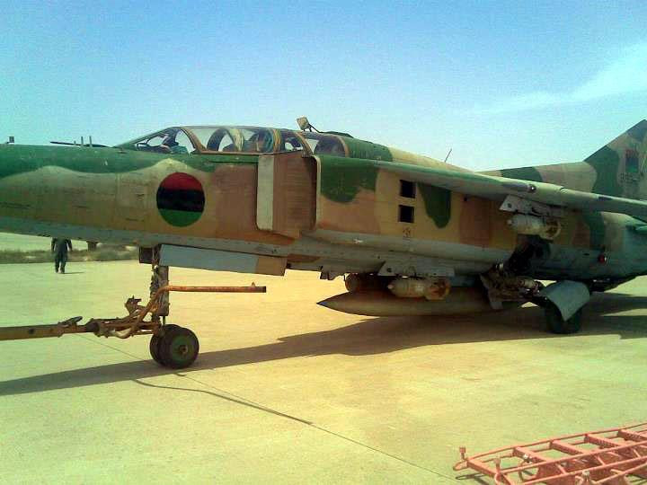 Ливийский МиГ-23УБ N8133 с бомбами