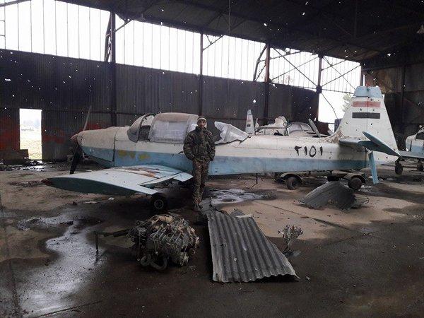 Три сирийских самолета Фламинго в расстрелянном ангаре на авиабазе Кверис